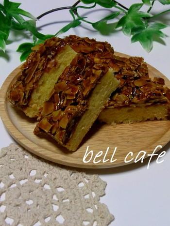 こちらのレシピは、サブレの部分をケーキにしちゃったフロランタン風アーモンドケーキ。ケーキの部分にはアーモンドプードルがたっぷりと入っています。ザクっと、そしてしっとりした食感が楽しめる焼き菓子ですよ。