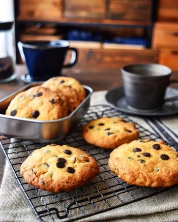 粒つぶとした甘いチョコレートとバター香る、定番のチョコチップクッキー。サクッとしたライトな食感で、ついつい手が伸びてしまうおいしさです。