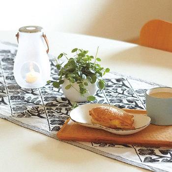 テーブルランナーを敷くだけで、一気に表情豊かになります。こちらは、北欧フィンランドのテキスタイルメーカー「Laouan Kankurit(ラプアン・カンクリ)」と人気デザイナー「鹿児島睦(まこと)」氏のコラボにより生まれた、花々を美しく表現した一枚。