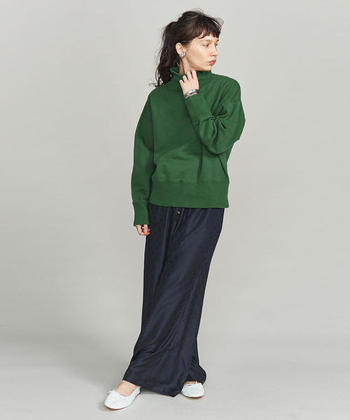 グリーンのスウェットは、明るめの色が苦手な方でも取り入れやすいカラーです。暗めのボトムスと組み合わせれば、よりトーンダウンして落ち着きのある大人な着こなしに仕上がります。