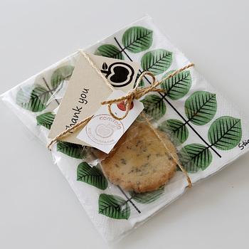 おしゃれなペーパーナプキンを持っているならぜひラッピングに使いましょう。ナプキンの上にクッキーなどのスイーツを乗せて、透明な袋に入れるだけでおしゃれに見えますよ!リボンや麻紐でくくって、カードを添えるとさらに◎
