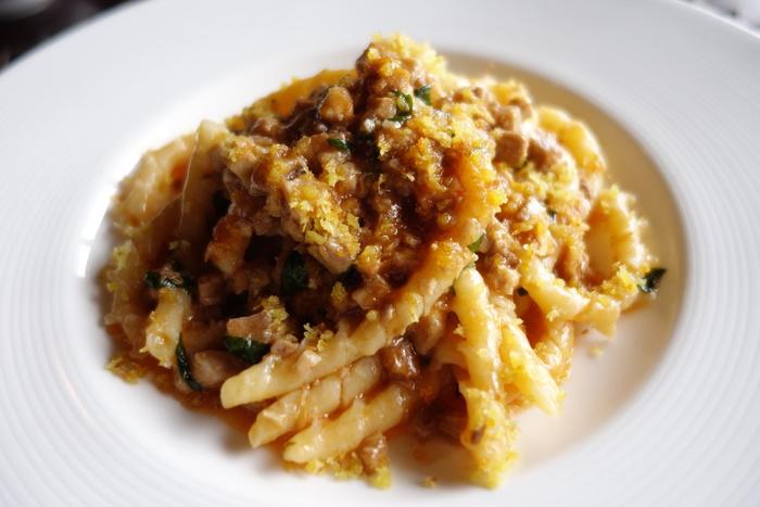 """イタリアのリストランテで修業を重ねたシェフ自慢のパスタもランチでいただけます。イタリアの伝統的な味を守りつつ、三崎漁港の魚介類や鎌倉野菜を使ったものなど、新しい味にも挑戦。こちらのパスタは、三崎マグロのラグーソースで和えています。""""ブジアーテ""""という変わった形のパスタがいただけるのも、ユニークですよね。"""