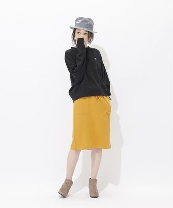 黒×イエローでパキッとした色使いがカッコイイ!スカートもスウェット素材で合わせて、さりげない統一感でセンス良くまとめましょう♪