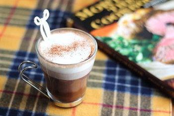 お料理やスイーツに使った小豆がちょっと残ったら、ココアとミルクを混ぜてみませんか?小豆の甘さとココアのほろ苦さが絶妙にマッチ。層が自然と分かれるので、見た目も本格カフェさながらです。