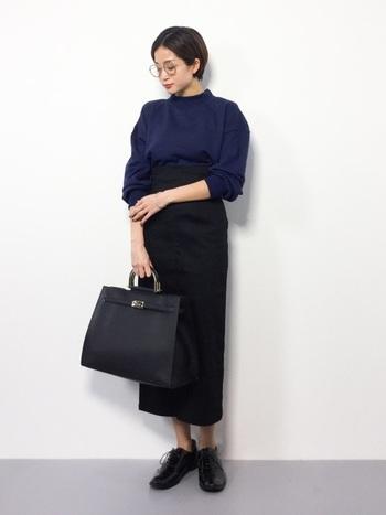 エレガントな印象のハイウエストのタイトスカートに皮のバッグやシューズで高級感をアップ。シックにまとめられたコーディネートは、スウェットとは思えない上品さが漂います。