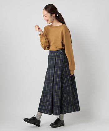 明るめのキャメルのスウェットに、チェック柄のスカートを合わせてトラッドスタイルに。明るめのカラーでも、ボトムスに同系色が少し入っていると、まとまりのあるスタイリングに仕上がります。