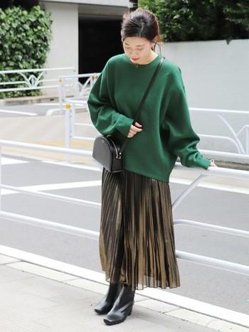 コーデのメインを彩る印象的なグリーンのスウェット。可愛らしくなりやすいカラーですが、黒のブーツを合わせて大人っぽいエレガントな着こなしに。