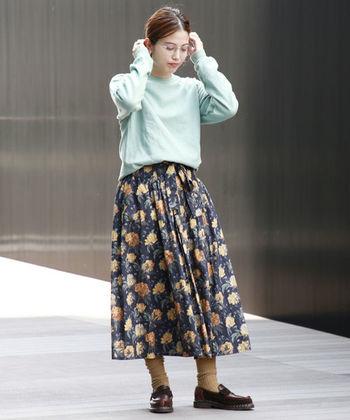 カジュアル度の高いスウェットですが、スカート×ローファーのスタイルを合わせれば、可愛さと上品さを組み合わせたプレッピーな着こなしに♪