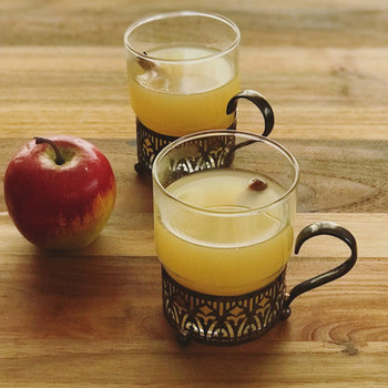 アップルサイダーとはアメリカのホットドリンクです。スパイスとりんごジュースが意外にも好相性。果物をお好きなものにアレンジしても◎。