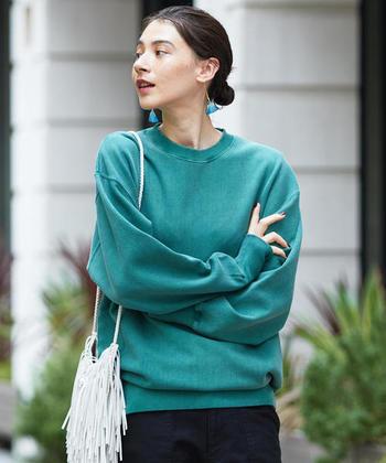 今年の秋冬は、スウェットがトレンドアイテムとして注目されています。スウェットと言えば、ついつい無難なグレーやブラックカラーを選びがち。今年は、ワントーン暗めのくすみがかったカラーもトレンドとなっているので、色を使った旬な着こなしを楽しんでみませんか?