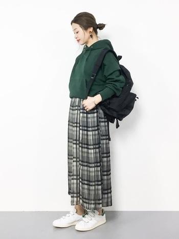 優等生気分のチェック柄のプリーツスカートとグリーンのスウェットで、アクティブな雰囲気にまとめても可愛い。