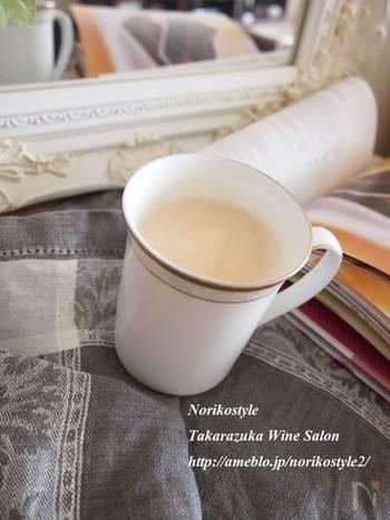 バニラの香りが上品なバニラロイヤルミルクティーのレシピです。優しい香りが上質な時間を過ごさせてくれそう。風味が飛ぶので、温めすぎに注意して。