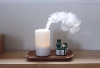 《朝はアロマの力を借りてリフレッシュ》  アロマの香りを借りて、一日をスッキリ気持ちよくスタートさせましょう。朝の目覚めにおすすめの精油は、ローズマリーやスペアミントなど。爽やかな香りで眠気をさまして、早起きのリズムを作りましょう。