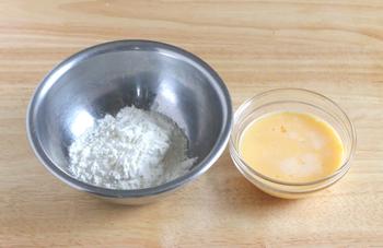ホットケーキミックスに、よく溶いた卵、牛乳、バターを加えて、混ぜていきましょう。  「混ぜる時のポイント」としては、大きく3つ。 ① バターは、湯煎や電子レンジで、予め溶かしておくこと。 ② 牛乳を入れる時は、少しずつ混ぜながら入れること。 ③ ホットケーキミックスは、ざるや濾し器を使って、ふるいながら入れること。(そのほかの粉もの、薄力粉等でも有効です)