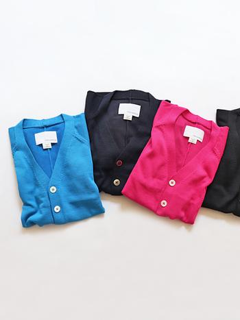 【カーディガン】  日中は長袖のシャツ一枚でOKでも、夜はグッと涼しく肌寒いなどの気温の変化による冷えに注意をしましょう。サッっと羽織れるカーディガンをカバンに入れておけば、シーンに合わせて冷え対策ができますね。