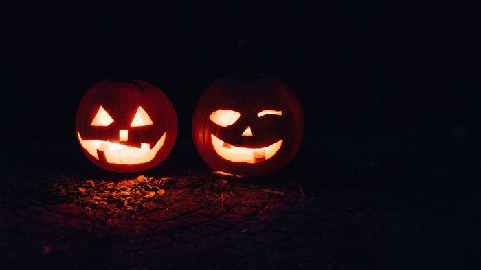 さて、ハロウィンで見かけるかぼちゃのランタンに「ジャック・オー・ランタン」という名前があるのは、ご存知の方も多いのではないでしょうか。明るいところで見ると可愛いらしいですが、暗闇に浮き立つ姿はちょっぴり怖いですよね。