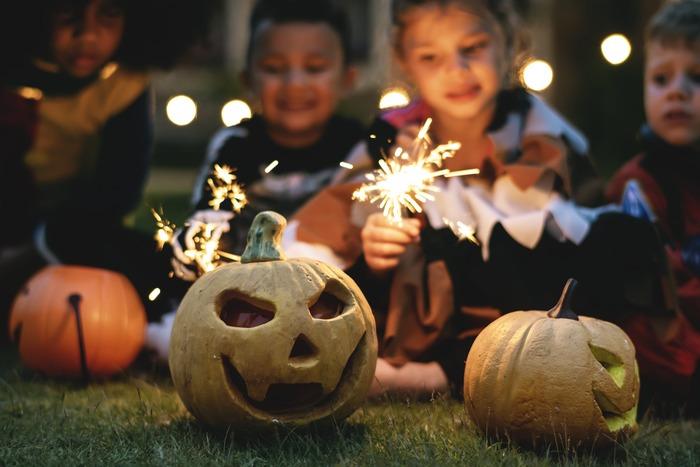 クリスマスに並ぶイベントとして、すっかり定着したハロウィン。外国のお祭りというのは知っているけれど具体的にどんなものか知らない方も多いかもしれません。そこで、ハロウィンをもっともっと楽しむためのTIPSを調べてみました。  *Halloweenは、日本では「ハロウィン」「ハロウィーン」と呼ばれ親しまれていますね。この記事では、ハロウィンに統一してご紹介させていただきます。また、ハロウィンのはじまりや言い伝えには諸説ありますので、代表的なものをご紹介させていただきます。