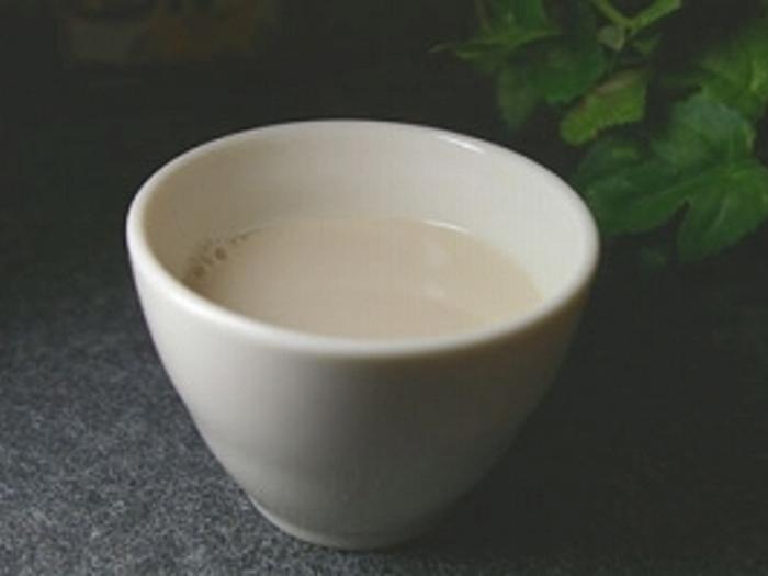 香ばしい麦茶と優しいミルク、実は好相性!お砂糖は使わずはちみつの甘さで味を整えて。飽きやすい麦茶だからこそ、カフェ風アレンジで楽しみましょう。