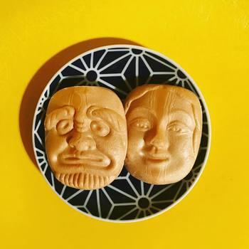 国指定重要無形民俗文化財である郷土芸能・備中神楽のお面をモチーフにした「備中神楽面最中」。北海道の大納言小豆と最高級の白双糖を使用したつぶあんを、サクサクの最中で挟んでいます。