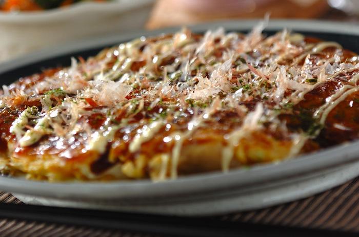 牛すじ・豚バラ・エビと豪華な具材が入ったお好み焼きは、ボリュームも美味しさも満点!大人も子どもも大好きなメニューです。