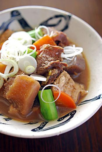 豆腐や根菜を加えて、具だくさんの一品に。醤油と赤だしの上品な味付けです♪