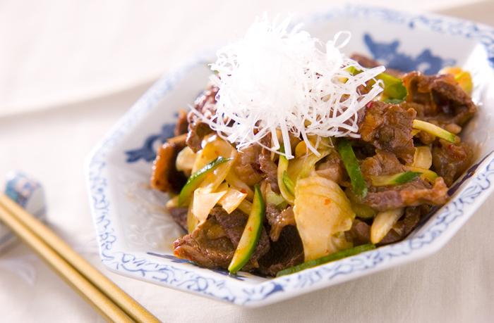 炒め料理としても美味しい牛すじ。豆板醤の味付けも旨みを引き立てます。セロリときゅうりは後から加えてシャキシャキ感を残して。