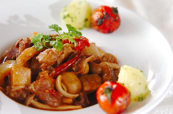 赤ワインとバルサミコ酢、水煮トマトで煮たイタリアンなメニュー。粉ふきいもと一緒にどうぞ♪