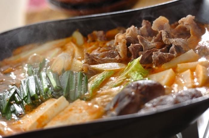 牛すじ肉の茹で汁を使ったキムチ鍋。保存しておいた牛すじ肉と、ビーフストックを使えば簡単ですね!