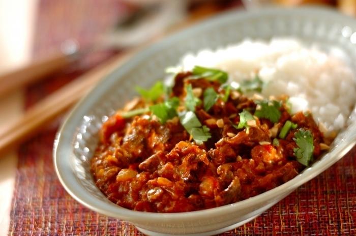 圧力鍋で煮た牛すじカレー。茹で汁ごと使います。ジャガイモとにんにくをすりおろし、とろみをつけて◎