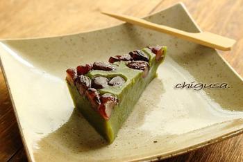 蒸し器を使わず、レンジで作るお手軽レシピ。表面に散らした甘納豆が絶妙なアクセントになっています。