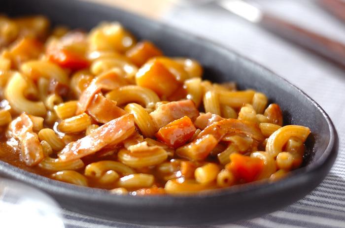 カレーの残りやレトルトがあれば、カレー味の煮込み料理を簡単に作れます。マカロニはベーコンや調味料と一緒に火を通すので、フライパン一つでOK。味もしっかり染み込みます。