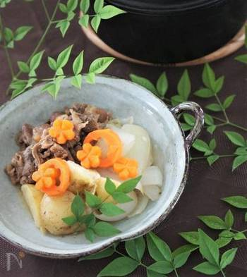 無水で野菜からの水分と調味料だけでコトコト煮るストウブ料理です。薄口しょうゆとだしで上品な味付けに♪