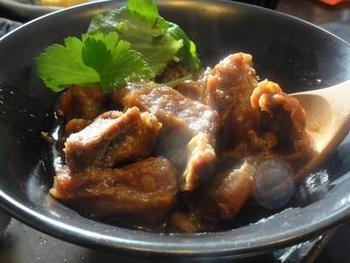 牛すじやモツを味噌で煮込んだ名古屋発祥のどて煮の関西風。だしパックとだしの素を使ってあっさり風味に仕上げられています♪