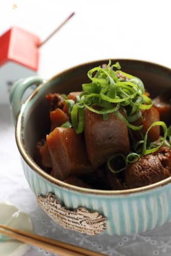 こちらは板こんにゃくを使ったすじこんのレシピ。牛すじとこんにゃくを甘辛く煮込んだ料理は「ぼっかけ」という兵庫県の郷土料理だそうです。煮込みとして楽しんだ後は、うどんやコロッケに使っても◎