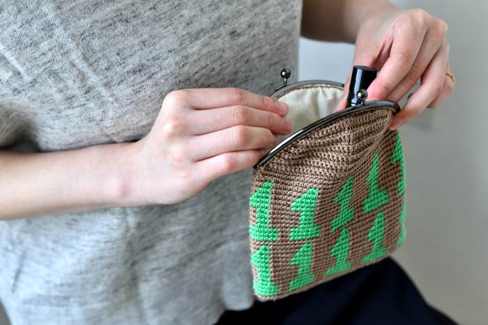 """かぎ針で編む、数字の編み込み模様が個性的な""""がま口ポーチ""""。中には、中袋を付けるので、とてもしっかりとした丈夫な作り。出来上がりはヨコ15cm×深さ18cmの使いやすいサイズなので、毎日のお出かけに、バッグに入れて持ち歩くのにぴったり!バッグの中で散らかりがちな小物をまとめて入れたり、メイク道具入れにもおすすめです。作り方テキストには、数字の1、2、3の全ての柄が掲載されてるので、その中から好きな数字を編むことが出来ます。"""