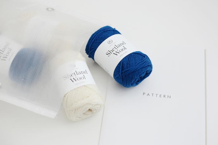 英国羊毛のシェットランドウールで編む編み地はとても暖かく、日々、繰り返し着ているうちに柔らかく、より体に馴染み、自分だけのお気に入りの1枚になりそうです。 ボーダーの幅の違う2種類の編み図が用意されているので、どちらかお好みのボーダーを選んで、自分好みに仕上げることが出来ます。