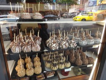 一時期は日本にもオープンした、キャラメルアップルが有名な「ロッキーマウンテン チョコレートファクトリー」。アメリカでは誰もが知るこちらのお店、旅行などで訪れるときは是非のぞいてみてくださいね。