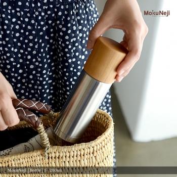 作ったお茶は水筒に入れて持参♪自動販売機やコンビニで500mlのペットボトルを購入するのをやめるだけでも節約になります。コーヒーや紅茶を外で買ってしまう、という人はそれらを水筒に入れてもいいですね。