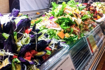 外食をするよりも、スーパーでお惣菜を購入した方が安く抑えられます。特に閉店間際になると割引がされるので、さらにお得に買い物ができますよ。