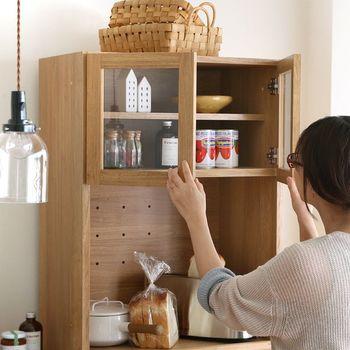 上段がガラス戸のキャビネットには、お気に入りのカップやかわいいキッチン雑貨を入れて。高すぎないから、上に入れたものも取り出しやすい。