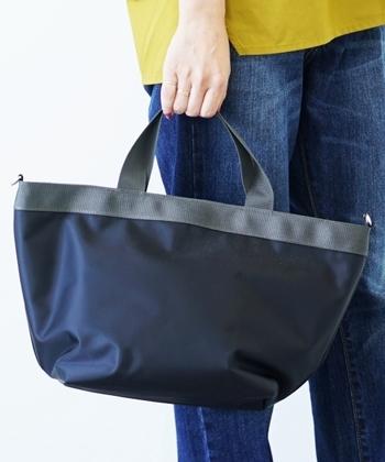 シンプルで手ごろなサイズ感のトートバッグは、デイリー使いにもぴったりなアイテムです。豊富なカラー展開から、好みの色を選べるのも嬉しいポイント。ショルダー用のストラップも付属しているので、2wayで使用できます。