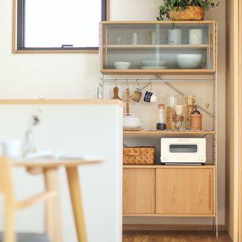 高さ165cmの少し低めのキッチン収納は、手に届く範囲に収納できるから使い勝手がいい。上にバスケットや箱を乗せて、あまり使わないアイテムを収納しても。