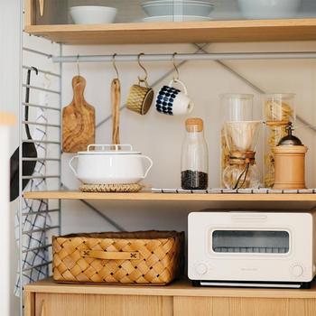 中段は出し入れのしやすいオープンスペース。トースターを置いたり、コーヒーセットを置いたり、暮らし合わせておくものを選びましょう。横に伸びるバーには、引っ掛け収納で見せながら収納率をアップさせる優秀アイテムです。