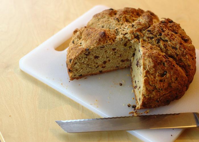 ハロウィンで定番の「バーンブラック」は、ドライフルーツが入ったスパイスケーキ(パン)。この中に、指輪やエンドウ豆などを入れて運試しをするのだとか。フォーチューン・クッキーみたいですね。