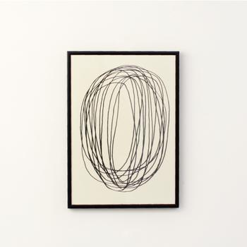 デンマーク在住のアーティストである、「Leise Dich Abrahamsen(ライゼ ディッチ アブラハムセン)」。彼女が描いたこちらのポスターはシンプルな円なのに、どこか力強さを感じさせるデザインです。モノトーンの世界観で完成されたポスターは、どこに飾ってもそっと寄り添ってくれるような魅力に溢れています。