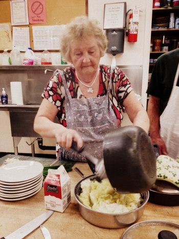 じゃがいもが主食ともいわれるアイルランドで、ポテトをつかった「コルカノン」はハロウィンの伝統料理として食べられています。茹でたじゃがいもをやわらかくして(マッシュポテトに)、ケールやハーブなどを加え、牛乳や生クリームで煮込みますが各家庭でいろいろなアレンジレシピがあるのだそう。