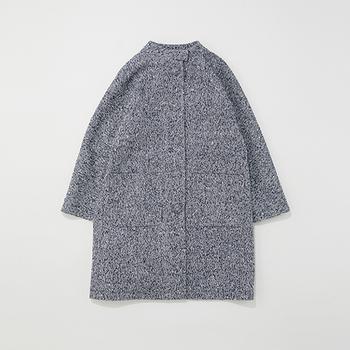 オープンを記念して、クラシカルな印象のノーカラーコートが、ルクア大阪店限定のツイード素材になって販売されています。