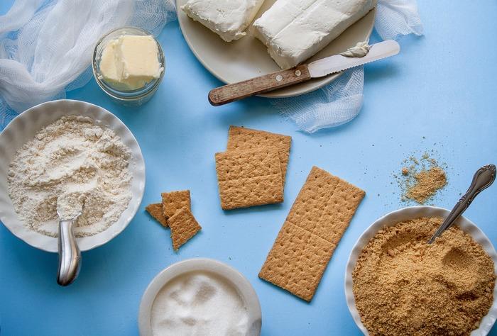 おもてなしスイーツを手早く作るための材料は、特別なものでなくても大丈夫。毎日の朝食用にストックしている食材だって大活躍します。ヨーグルトやクリームチーズは、相性の良いフルーツの美味しさを引き立てるソースやクリーム作りに。クラッカーやビスケットは色々なものをのせたり挟んだりできるほか、砕いて簡単ケーキの土台にも使えます。フレッシュフルーツがない時は、買い置きのフルーツ缶やジャムを使ってみてもいいですね。 そんな普段使いの材料でちゃちゃっとできる、「作業時間15分以内!」の簡単スイーツレシピをご紹介していきましょう。