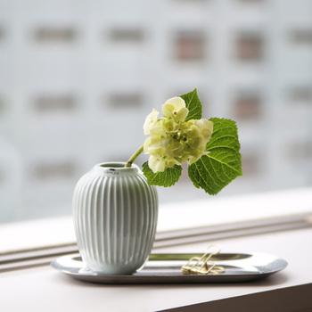 こちらは、上でご紹介した食器と同じ、ケーラーのフラワーベース。同じ香りが感じられるアイテムで統一するのも素敵かもしれませんね。