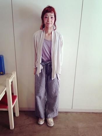 薄手のカーデは日中は気温の高くなる日の防寒用にぴったり!半袖の上からさらりと羽織りたいですね。